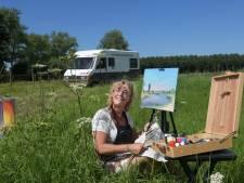 Waar de wind haar brengt, daar zet Catherine (57) het liefst haar schildersezel neer