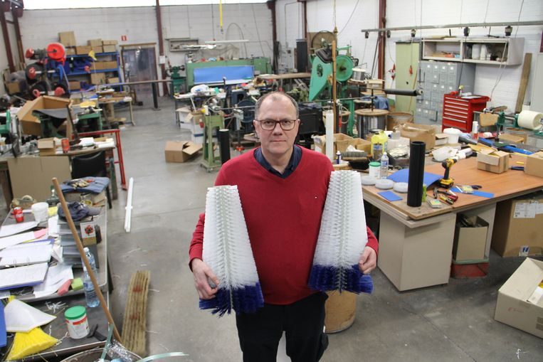 Filip Bouckaert in zijn atelier met twee borstels die dienen om prei of knolselder te wassen. Hij is de laatste ambachtelijke borstelmaker van Meulebeke.