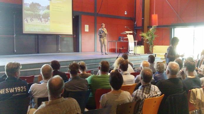 Onderzoeksleider Kitty Maassen (RIVM) start haar uitleg in Heeswijk-Dinther.