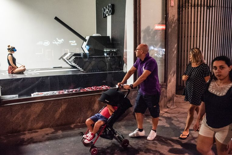 Met een virtualrealitybril op ondergaat een vrouw hoe het was toen de tanks Praag binnen reden.  Beeld Simon Lenskens