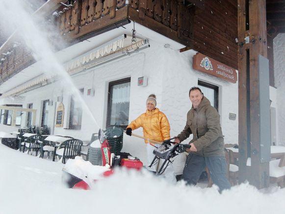 Greet Decuyper en Noël Gys aan het sneeuwruimen aan hun pension Gasthof Starzelhaus in Baad-Kleinwalsertal.