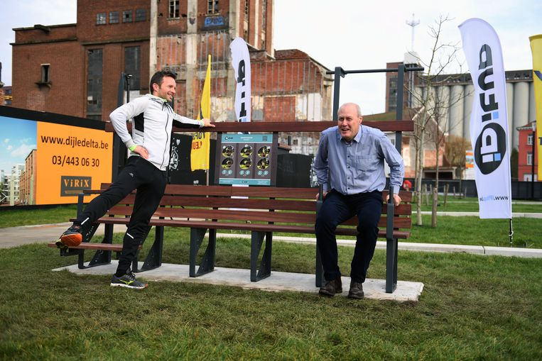 Schepen Erik Vanderheiden staat bekend als een sportief man en test de IPitup-beweegbank in het Sluispark.