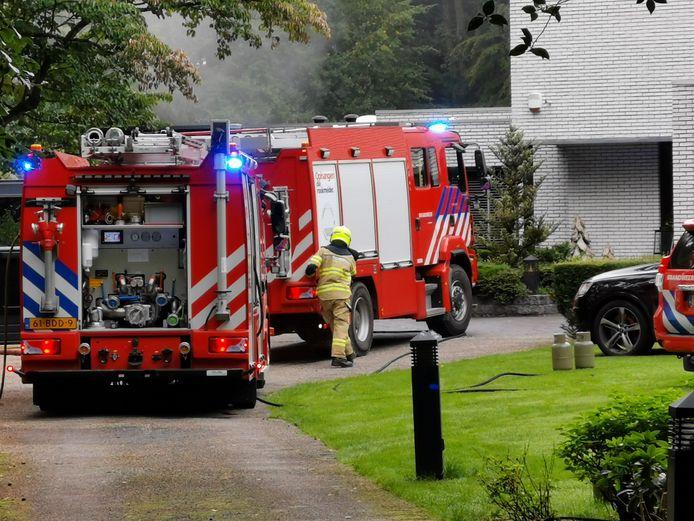 De brandweer arriveert aan de Dikkenbergseweg in Bennekom.