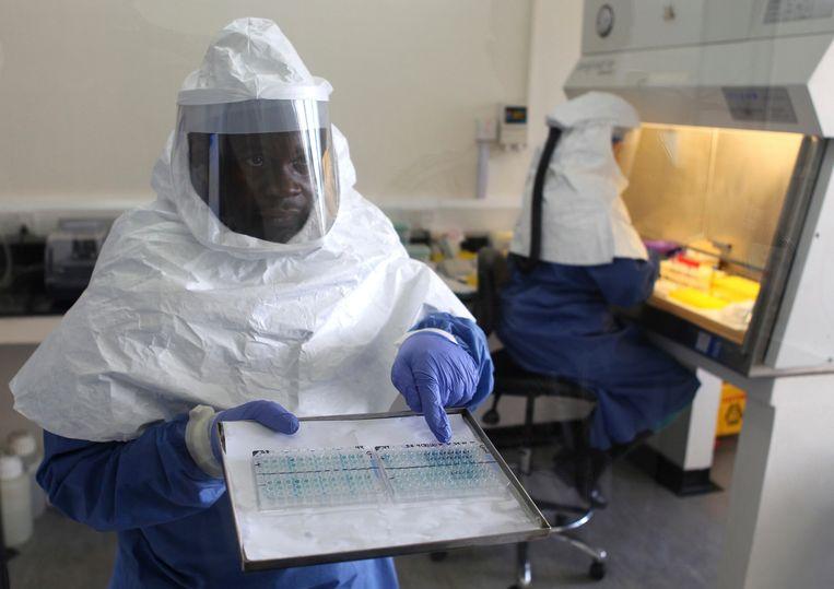 Een arts in Entebbe toont ebolamonsters tijdens de vorige uitbraak in 2012. Ervaring met het dodelijke virus maakt Oeganda tot een koploper in de bestrijding ervan. Beeld Reuters