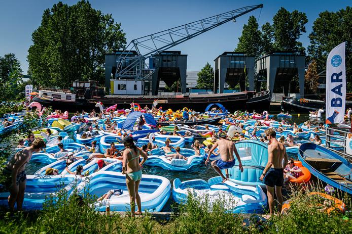Duizenden opblaasbootjes dobberen zaterdagmiddag in de Utrechtse Veilinghaven tijdens het opblaasspektakel Utrecht Drijft. Het idee achter dit feestje is simpel: zoveel mogelijk Utrechters in de haven op luchtbedjes, in rubberboten of in zwembanden.