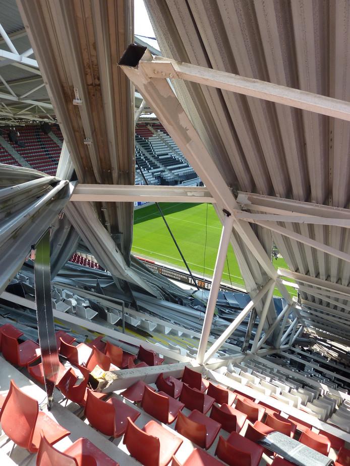 De geknakte stalen constructie van het dak.