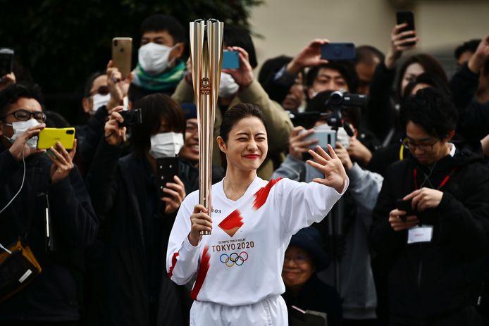 De Japanse actrice Satomi Ishihara met de olympische fakkel.