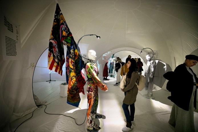 De expositie Shape Shifters van De Modebelofte in voormalig V&D- pand