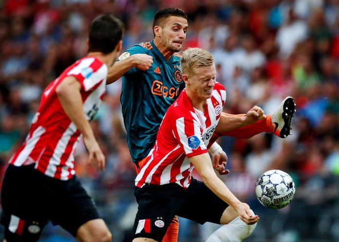 Dusan Tadic maakt het Timo Baumgartel moeilijk.