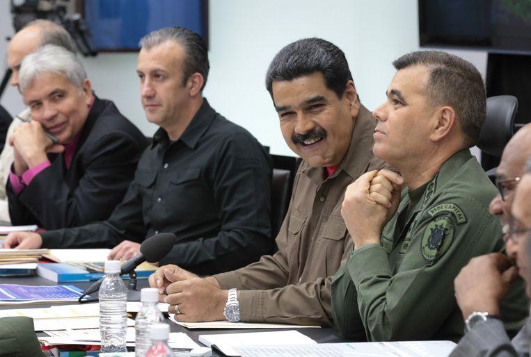 President Maduro (met snor) tijdens een vergadering vorige week van de Venezolaanse ministerraad. Beeld EPA