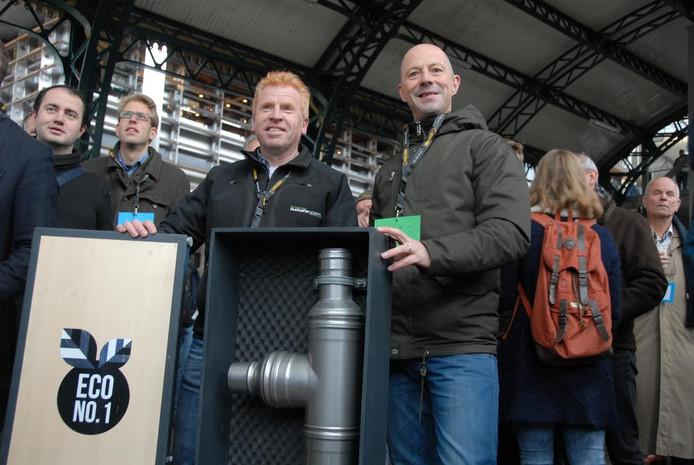De directeuren Wim Vissers en Jos van der Ligt van ECO No.1 presenteren een warmtewisselaar die een besparing van circa 25 procent op het gasverbruik mogelijk maakt.