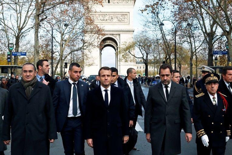 Macron kwam de schade opmeten in het centrum van Parijs na het protest van de 'gele hesjes'.
