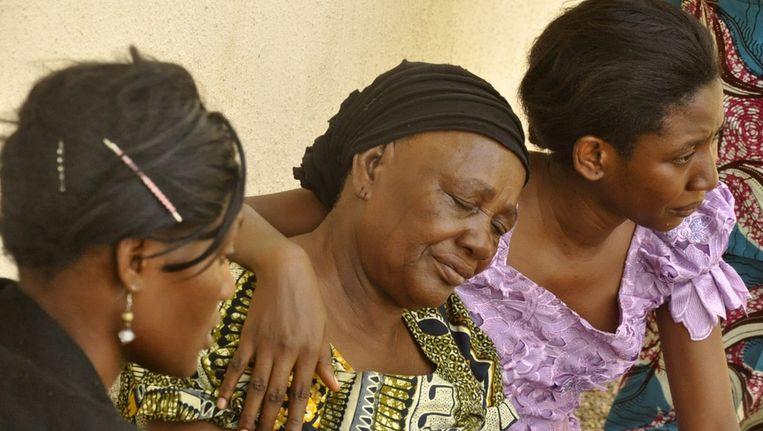 Nigerianen rouwen om familieleden die zijn omgekomen bij de aanslag op een universiteit, 29 april 2012. Beeld reuters