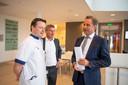 Arts Tim Verhagen in gesprek met minister Hugo de Jonge. In het midden bestuurder Wolter Odding van ziekenhuis ZGT.