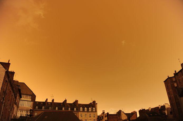 Rennes in Frankrijk, met een okerkleurige lucht.