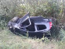 Auto belandt op de kop in de berm langs de A50 bij Schaijk