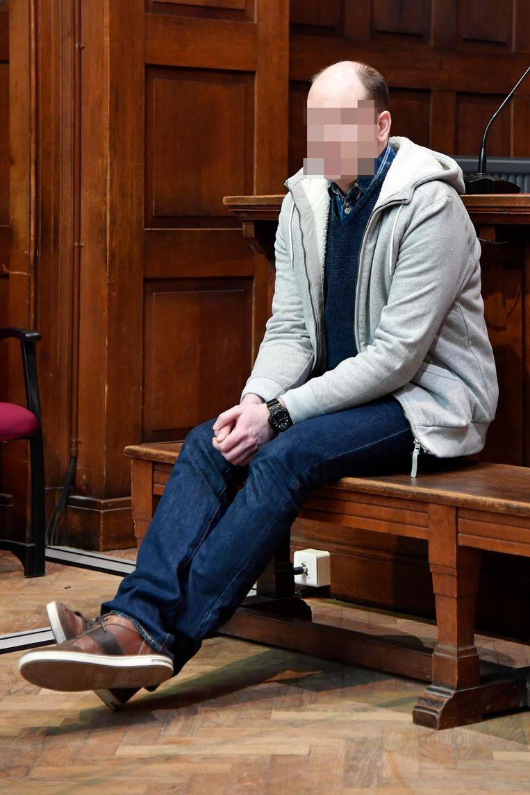 Dennis V.L. aanhoort het vonnis in de rechtbank.