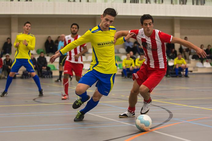 Maarten van Vooren (links, geel shirt) van FC Dauwendaele.