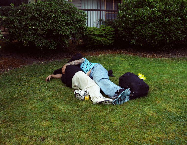 Slapend stel in het gras in Vancouver. Beeld null