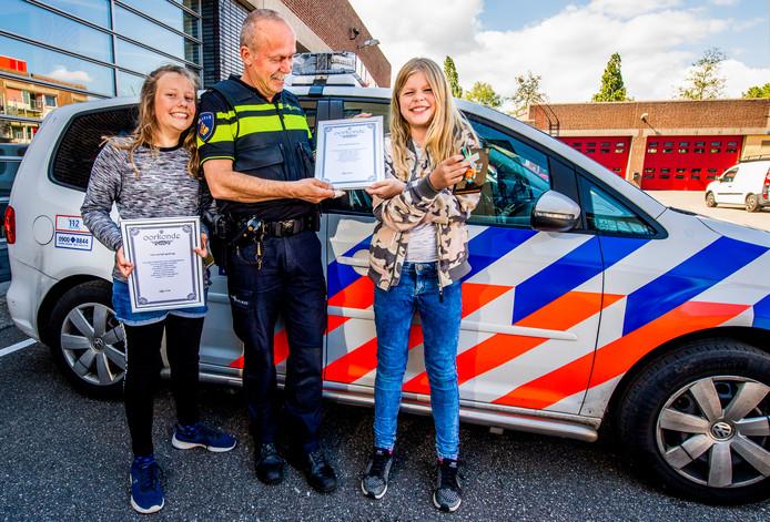 Chloë en Evelien zijn door de politie in het zonnetje gezet omdat ze 1750 euro teruggaven.