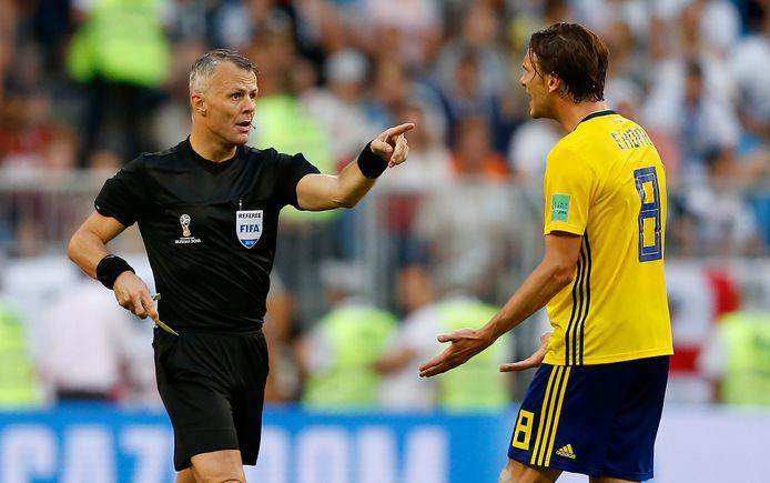 Björn Kuipers tijdens de wedstrijd Engeland - Zweden.