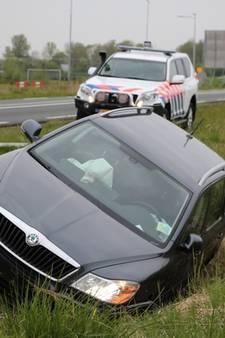 Auto in greppel bij Serooskerke, bestuurder naar ziekenhuis