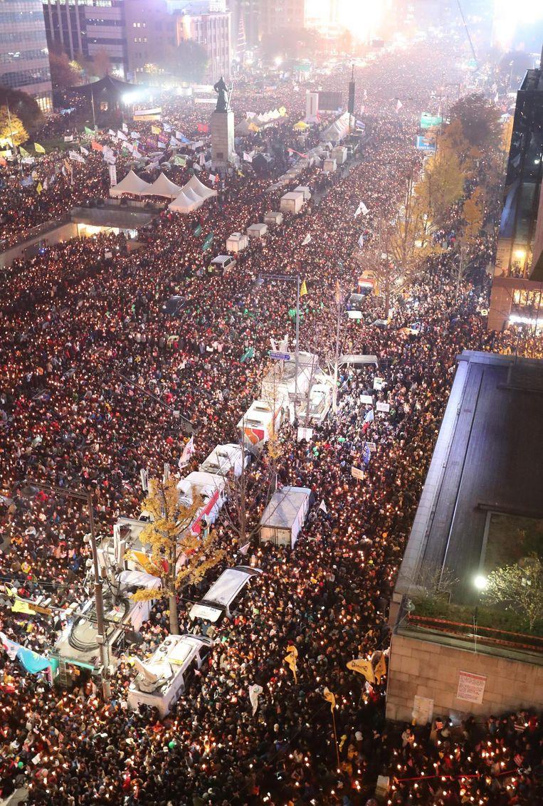 Betogers zaterdagavond in Seoul. Beeld epa