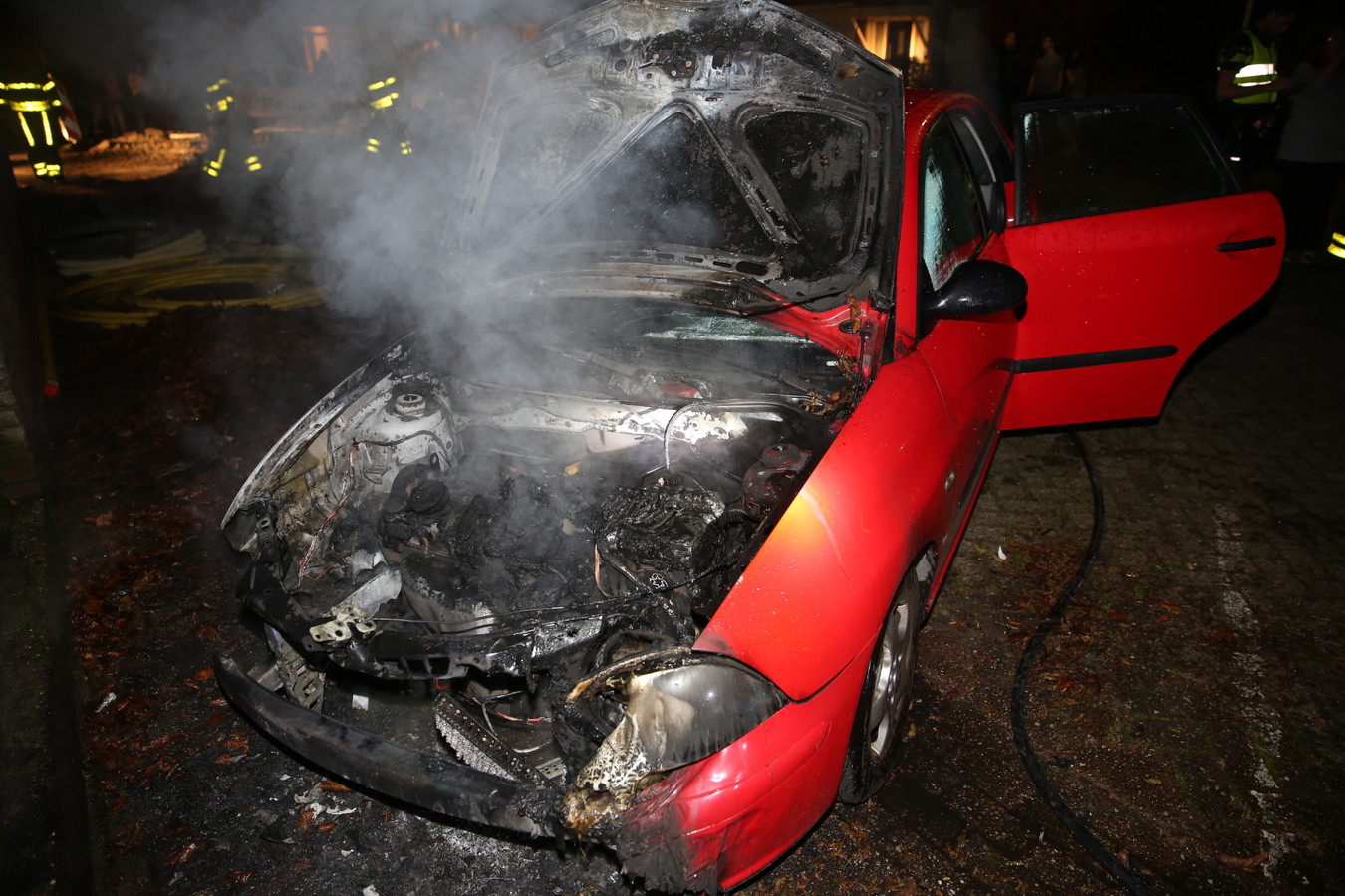 Auto in brand in Roosendaal.