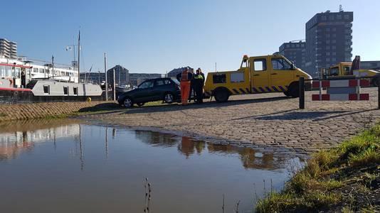 De eerste auto wordt door sleepservice Houterman afgesleept.