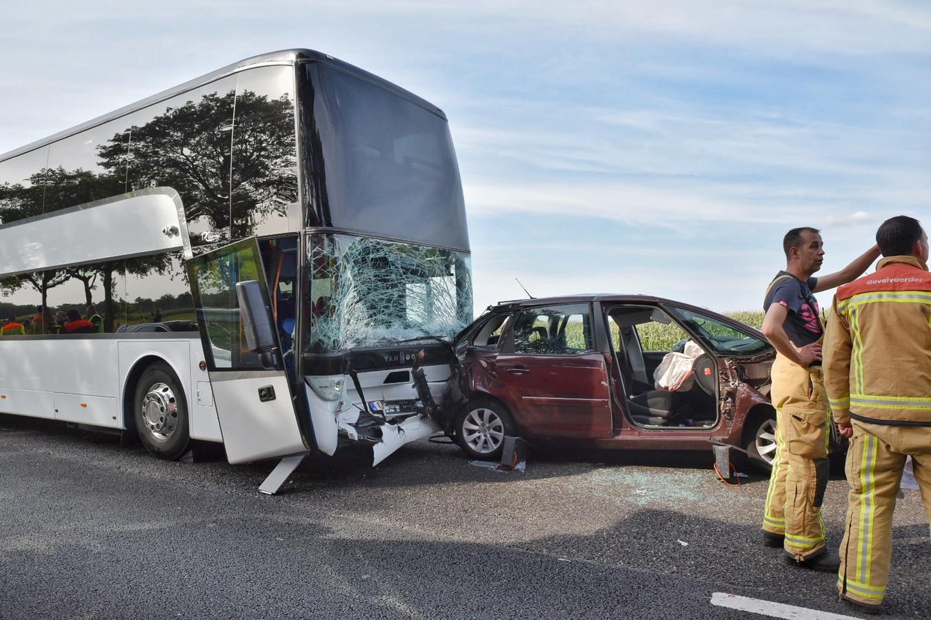 De bus botste op de A58 tegen een auto aan.