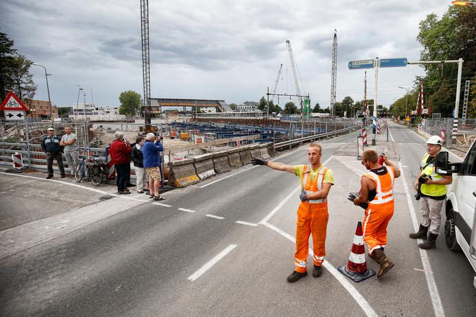 Het verkeer wordt omgeleid: de veelbesproken overweg in de Hoofdstraat gaat definitief dicht.