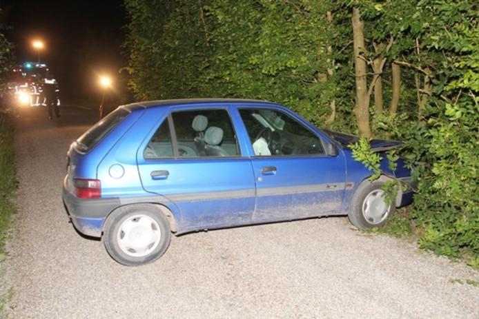 De auto was tegen een boom aan geknald.