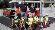 Vriendenkring schenkt loopfietsjes aan Gemeentelijke Basisschool Schatteneiland