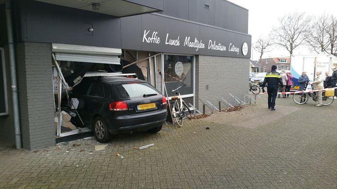 De auto reed dwars door de pui van Laura's Keuken in Dubbeldam heen.