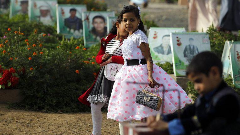 Jemenitische kinderen bezoeken een kerkhof in de stad Sanaa. Beeld epa