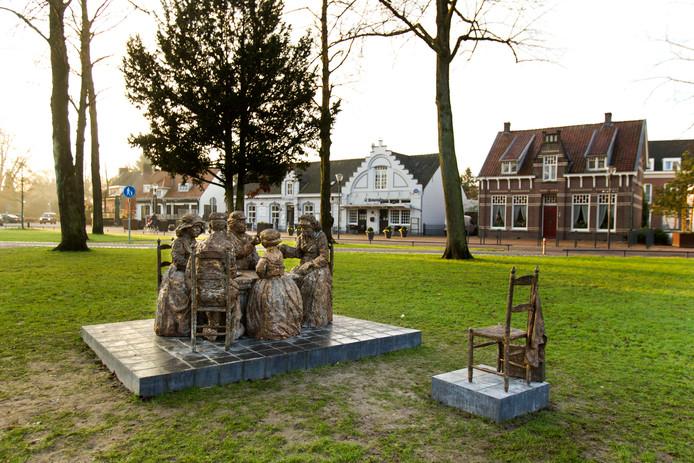 De omstreden beeldengroep naar Van Goghs schilderij 'De aardappeleters' in Nuenen.