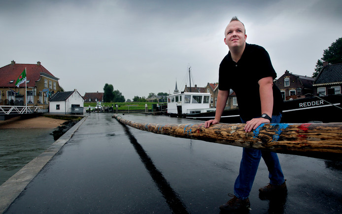 Danny Snaaijer bij de balk over de haven van Puttershoek.