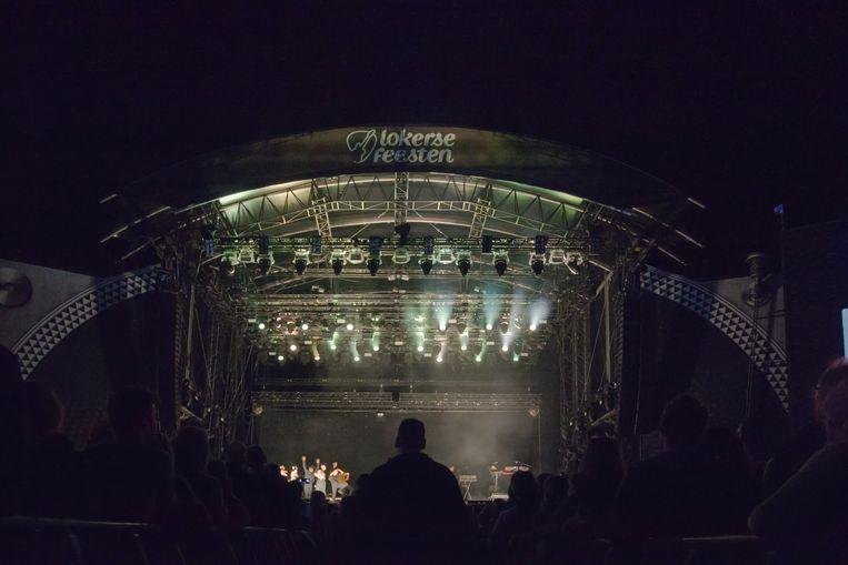 Het podium van de Lokerse Feesten werd verstevigd met extra steunpilaren om het optreden van The Chemical Brothers mogelijk te maken.