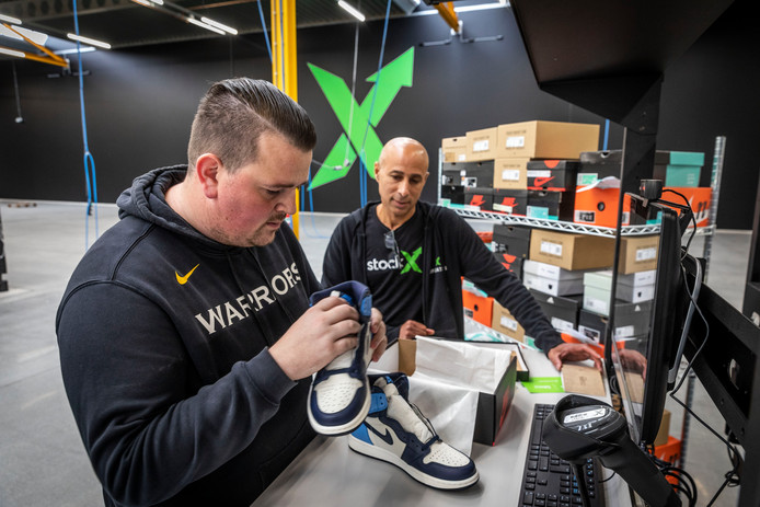 Matt Miller (links) en Roy Wijdh controleren een sneakerpaar dat via Stockx wordt verhandeld.
