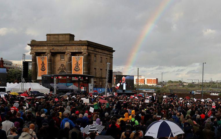 Dinsdag was er veel volk op de been voor Corbyn in een regenachtig Birmingham. Beeld REUTERS