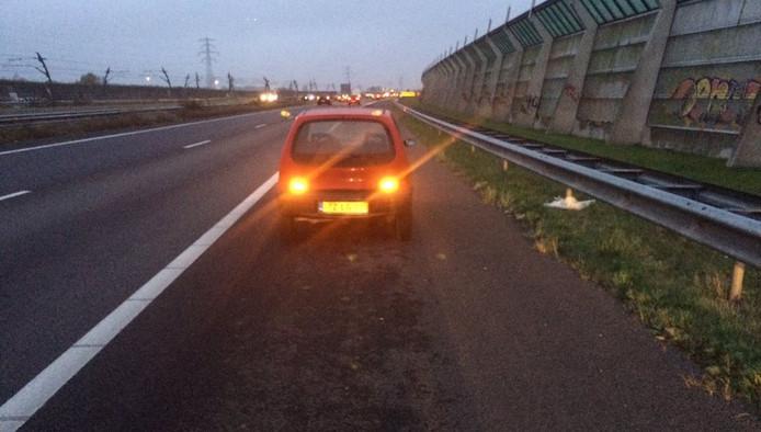 De auto staat geparkeerd op de vluchtstrook van de A15, ter hoogte van Tiel.