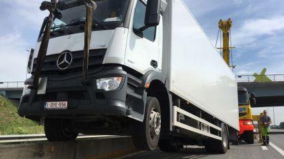 Oeps, vrachtwagen rijdt zich vast op betonblokken