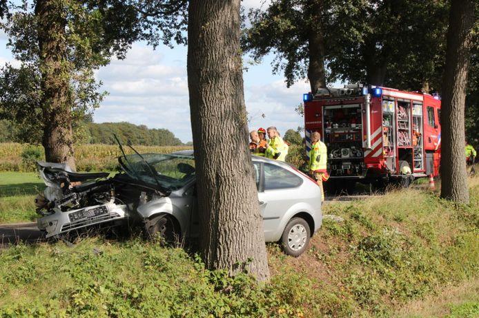 Op de Verwoldseweg in Laren is donderdagmiddag een auto tegen een boom gebotst. De bestuurder raakte daarbij gewond.