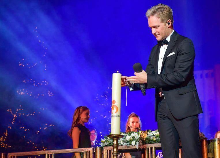 Twee jaar geleden mocht zanger Christoff ook al het vredeslicht aansteken tijdens zijn kerstconcerten.