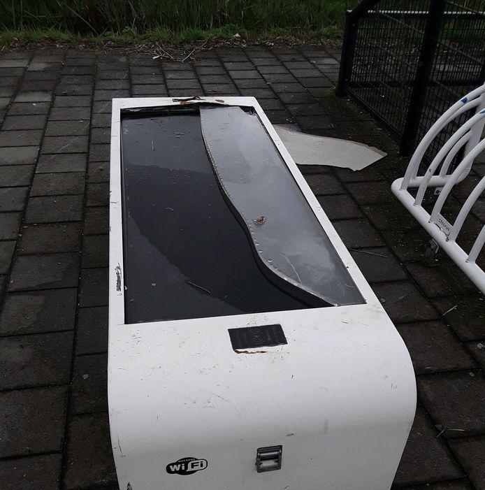 De wifibank bij het skatepark aan de Rolafweg Zuid is vernield. De gemeente heeft aangifte hiervan gedaan.