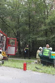 Auto knalt frontaal tegen boom bij Woudenberg