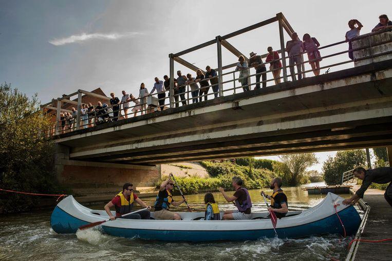 Jongeren gaan onder een brug door met hun kajak. De wateractiviteiten moesten de grenzen tussen Franse en Vlaamse jongeren helpen slopen.