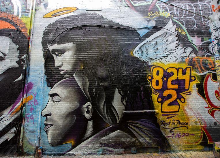 Een muurschildering van Kobe Bryant en zijn dochter in Cambridge, Massachusetts.