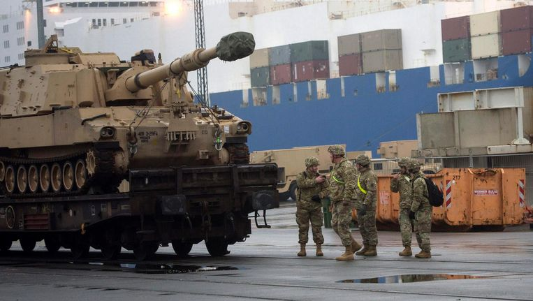 Amerikaanse militairen bij een zwaar stuk geschut in Bremerhaven in Duitsland Beeld epa