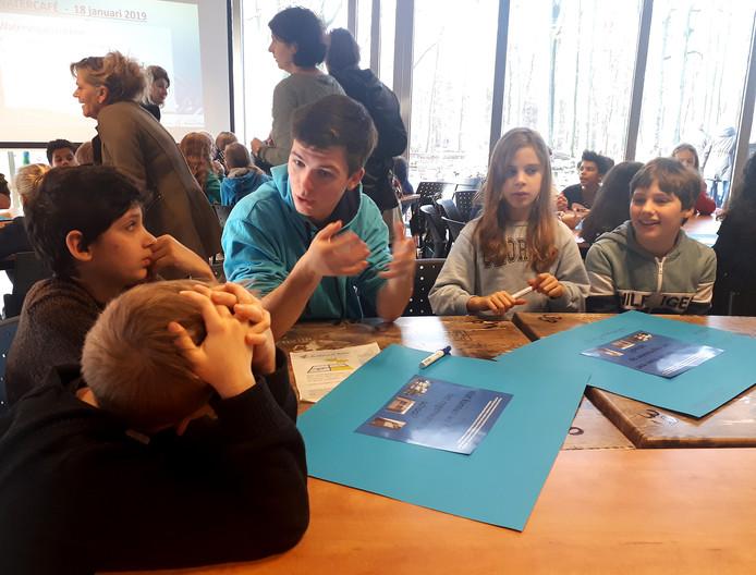 Steg Snelders, jeugdbestuurder van Waterschap Brabantse Delta, praat met de leerlingen van De Zilverlinde over hun ideeën.